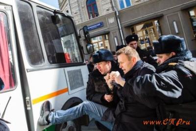 Десятки тысяч людей в России вышли на митинги против коррупции: фото 5255625