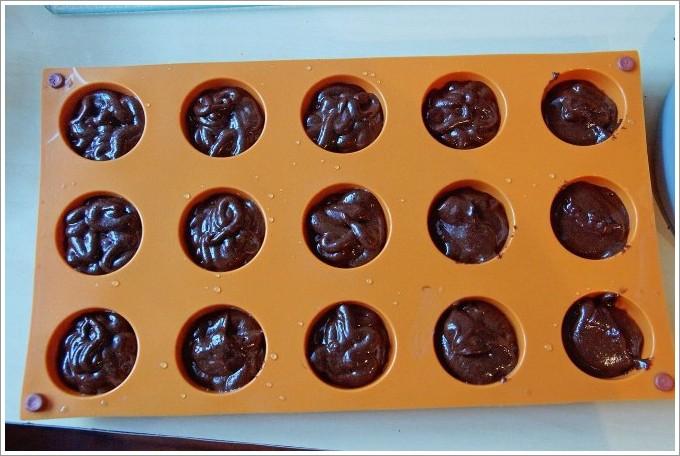 И тут идеальным решением станет домашнее медовое печенье с начинкой, приготовленное в силиконовых формочках.